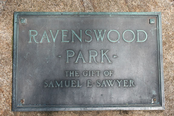 The plaque at the entrance of Ravenswood Park's Main Trail